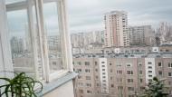 Küchenfensterblick – in Vilnius hat Veranika keine neue Heimat gefunden. Sie träumt ihr Leben von hier aus Richtung Zukunft.