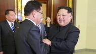 Pure Freude? Kim Jong-un begrüßt den südkoreanischen Diplomaten Chung Eui-yong im März 2018-