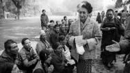 Indira Gandhi, hier im Jahr 1982, wurde schon zu Lebzeiten von den Menschen in Indien verehrt.