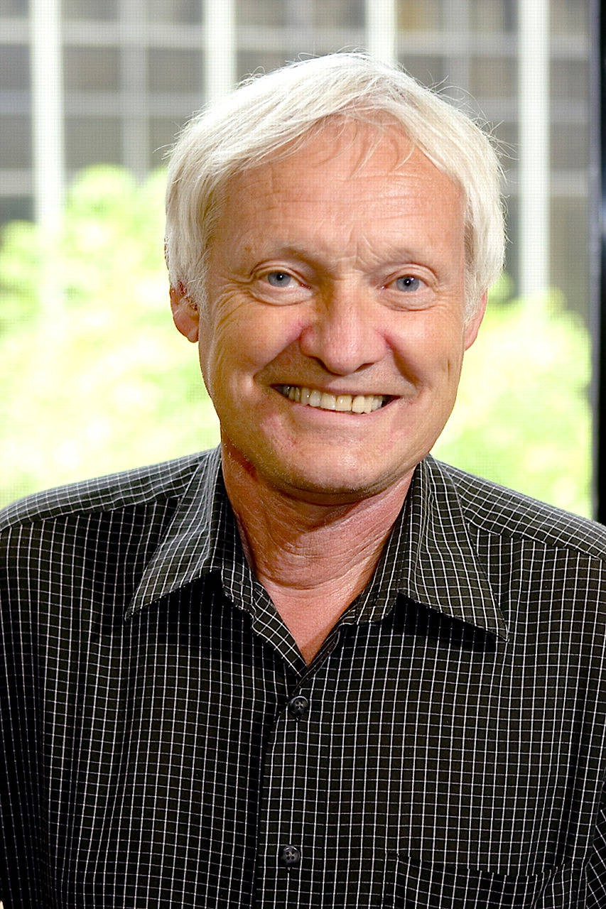 Joachim Frank, geboren in Weidenau/Sieg, studierte in Freiburg und München. Seit Jahrzehnten forscht er in den Vereinigten Staaten.