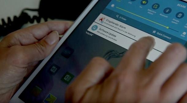 Benachrichtigungen können per App, SMS, E-Mail oder Anruf erfolgen.