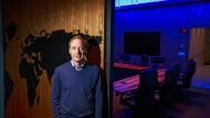 Brad Smith, 59, ist Präsident des Softwarekonzerns Microsoft und im Vorstand zuständig für Rechtsfragen. Jetzt macht er Vorschläge, wie man der Künstlichen Intelligenz ihren Schrecken nehmen könnte.