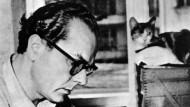 Bei der Arbeit mit seinem Zettelkasten: der Schriftsteller Arno Schmidt um 1955