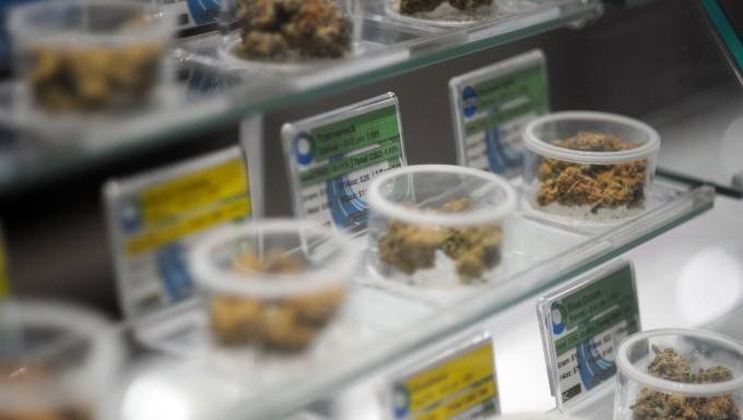 Diverse Sorten Marihuana werden  in einem Geschäft in Santa Cruz, Kalifornien  verkauft. Kalifornien ist der bislang größte US-Staat, der Cannabis fortan nicht nur zu medizinischen, sondern auch zu ganz allgemeinen Zwecken freigibt.