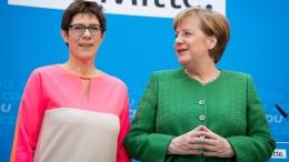 Merkel und Kramp-Karrenbauer wollen CDU auf Mitte-Kurs halten