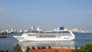 Ein Kreuzfahrtschiff der Linie Carnival Cruise, hier am Hafen von Havanna.