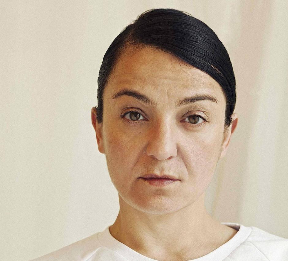 Ayzit Bostan, Jahrgang 1968, wurde in Torul in der Türkei geboren und lebt in München. 1995 hat sie ihr Label Ayzit Bostan gegründet. Seit 2012 lehrt sie als Professorin an der Kunsthochschule Kassel.