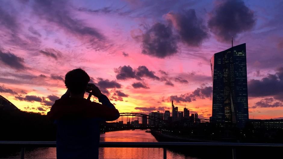 Sonnenuntergang nahe der Europäischen Zentralbank in Frankfurt