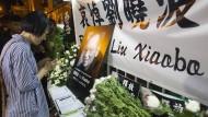 Trauer um einen unbeugsamen Kämpfer: In Hongkong liegen Kondolenzbücher für den verstorbenen Friedensnobelpreisträger Liu Xiaobo aus.