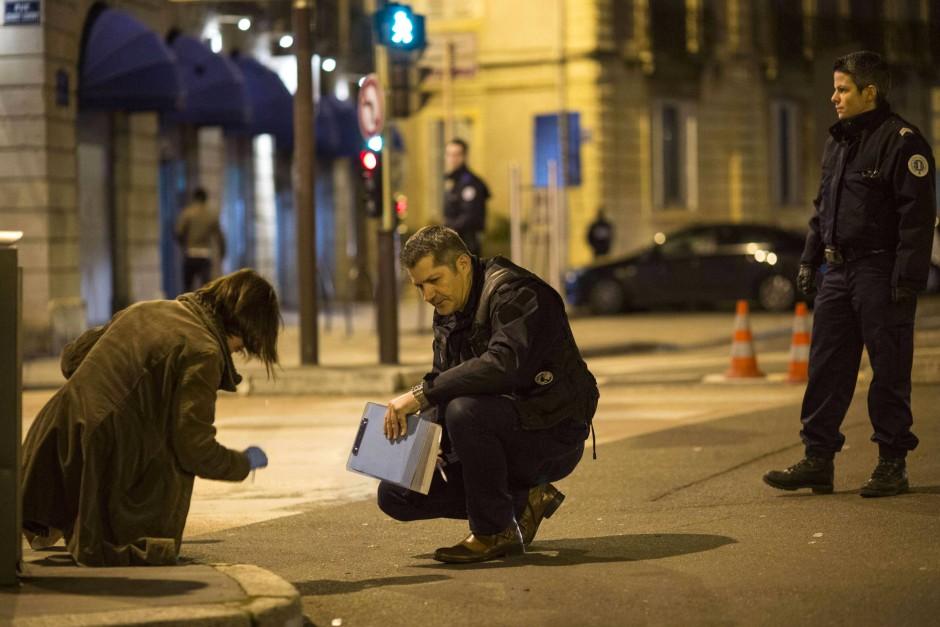 Polizisten in Dijon bei der Spurensicherung