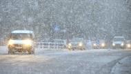 Dichter Schneefall behindert die Sicht: Autofahrer in Langenhagen (Niedersachsen) müssen vorsichtig fahren.