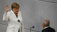Merkel legt vor Bundestagspräsident Wolfgang Schäuble ihren Amtseid ab.