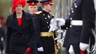Theresa May nimmt in Vertretung der Queen die Sovereigns's Parade ab.