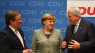 Die stellvertretenden Vorsitzenden der CDU, Armin Laschet (links) und Volker Bouffier (rechts), mit ihrere Parteichefin Angela Merkel