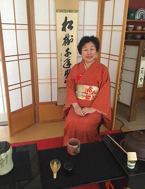 Mineko Sasaki-Stange ist Teemeisterin, Präsidentin der Urasenke-Schule in Hamburg und der Urasenke Association Berlin. Jeden Monat macht sie Teevorführungen im Museum für Kunst und Gewerbe in Hamburg. Die Teevorführungen im Museum für Asiatische Kunst in Berlin pausieren wegen des Umzugs ins Humboldt-Forum.