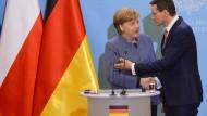 Polens Ministerpräsident Mateusz Morawiecki und Bundeskanzlerin Angela Merkel (CDU) geben eine gemeinsame Pressekonferenz.