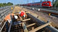 Zugreisende müssen sich auf längere Fahrtzeiten einstellen, denn die Deutsche Bahn investiert kräftig in die Infrastruktur.