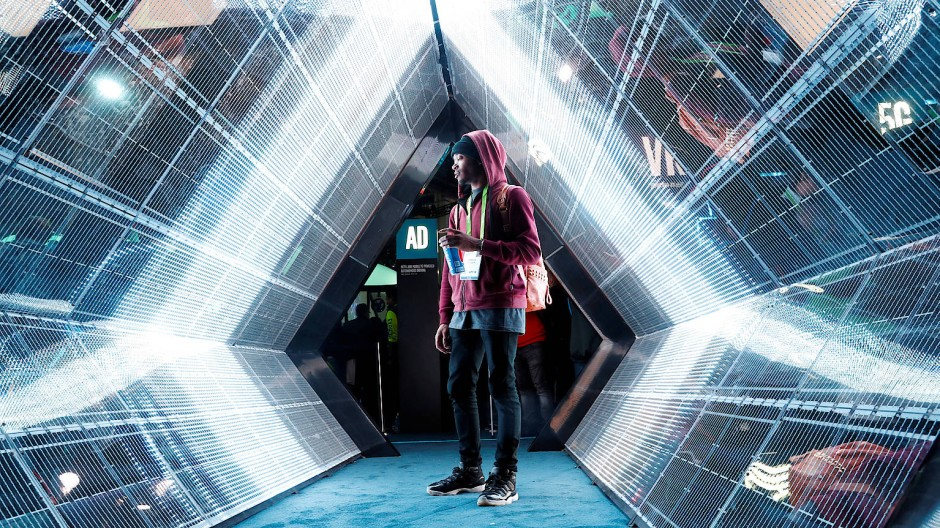 Hey, Zukunft: Die vernetzte Welt und ihr Youtuber auf dem Messegelände. Jordan Jtakin wandert auf der CES durch eine 5G-Präsentation von Intel. Die nächste Generation des Mobilfunks bringt mehr Tempo und kürzere Latenzzeiten.