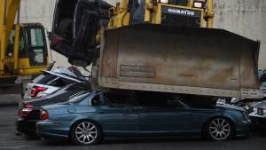 Ein Präsident lässt Luxus-Autos plattmachen