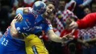Kroatiens Stipe Mandalinic wird von Mattias Zachrisson gestoppt.