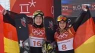 Die Snowboarderinnen Selina Jörg (l, Silber) und Ramona Hofmeister (Bronze) jubeln über ihre Medaillen im Parallel-Riesenslalom.