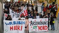 Gegen Abschiebungen ist kein Argument zu schade: Proteste gegen Sammelabschiebungen nach Afghanistan im Flughafen von Frankfurt