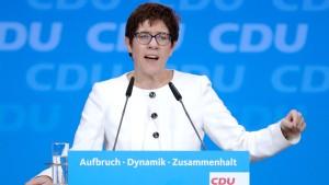 Kramp-Karrenbauer will über Frauenanteil im Bundestag diskutieren