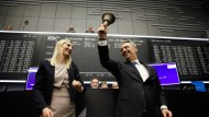 Erleichtert: Der Geschäftsführer und die Finanzchefin der DWS, Nicolas Moreau und Claire Peel, beim Läuten der Börsenglocke.
