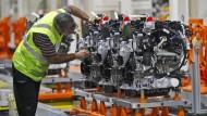 Arbeiten am Dieselmotor, hier in einem Ford-Werk in London