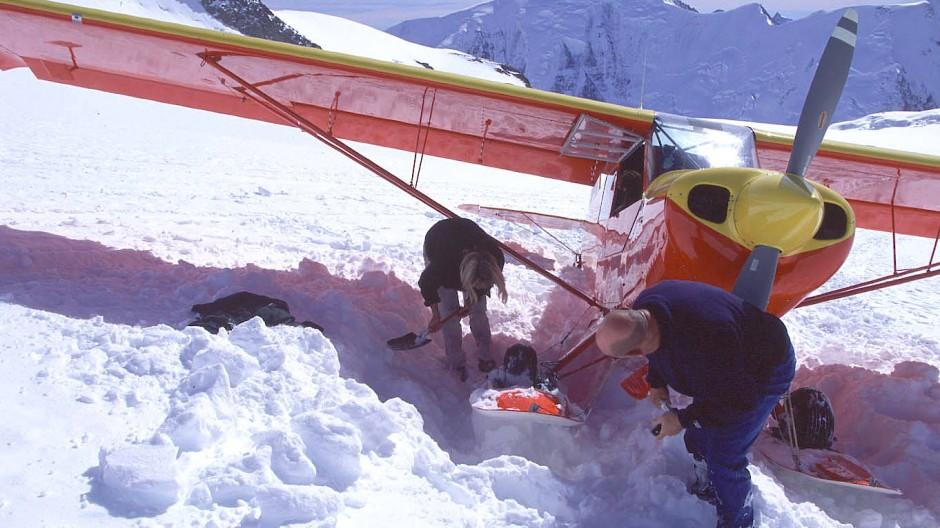Eine Aviat Husky muss aus dem frischen Pulverschnee vor dem Start wieder ausgeschaufelt werden.