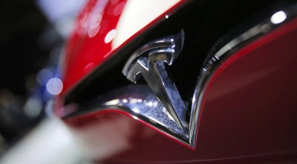 Im Weltall gibt es schon einen roten Tesla, auf Erden gibt es allerdings immer wieder Probleme mit der Produktion des Model 3.