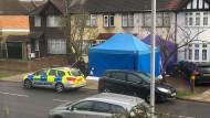 Die Polizei schirmt den Fundort der Leiche im Südwesten Londons ab.