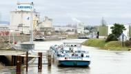 800 Meter Hafenbecken, 2,3 Kilometer Kailänge: Hanau betreibt den nach Frankfurt größten Mainhafen.