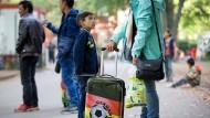 Flüchtlinge warten im September 2015 auf dem Gelände des Landesamtes für Gesundheit und Soziales (LaGeSo) in Berlin auf ihre Registrierung (Archivbild)