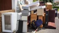 Reif für den Sperrmüll: Viele Möbel aus den überschwemmten Häusern in Enkheim mussten entsorgt werden. Das stinkende Wasser, das aus den Kanälen gestiegen war, hatte sie verdorben.