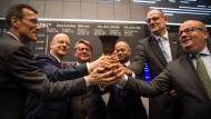 Mit reichlich Verspätung läuten Healthineers-Chef Bernd Montag (Zweiter von rechts) und Börsenchef Theodor Weimer (Dritter von Links) die Glocke für den Börsengang.
