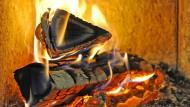 Kaminöfen sind im Kommen: Doch wo Feuer ist, entsteht leider auch Rauch und Feinstaub.