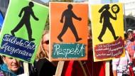 Protest gegen das größte Sozialprojekt der Koalition, das immer noch zu klein ist.
