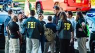 Nach den tödlichen Schüssen besprechen sich Mitarbeiter des FBI und der Polizei in der Nähe der High School im US-Bundesstaat Florida.