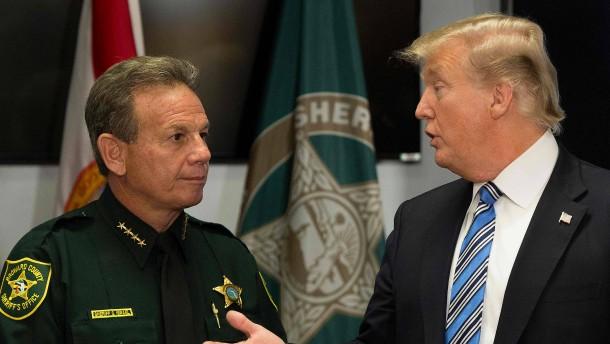 Nach Amoklauf in Florida: Trump zeigt sich offen für Änderung der Waffengesetze