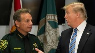 Präsident Donald Trump spricht mit dem County Sheriff Scott Israel nach dem Amoklauf in Florida.