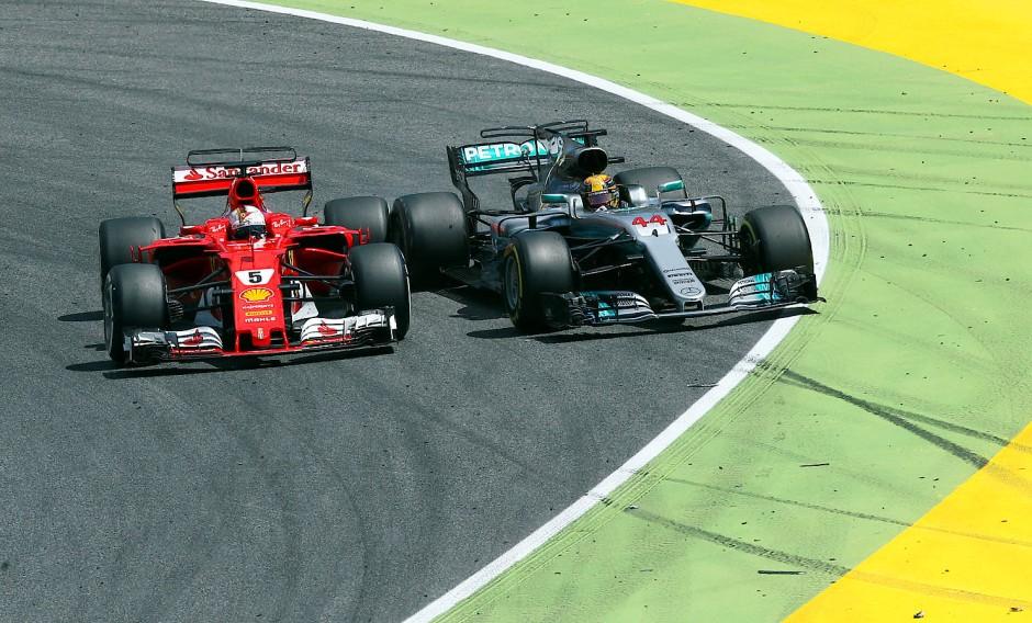 Hamilton verschätzt sich beim Überholmanöver gegen Vettel und wird nach außen gedrängt.
