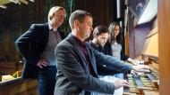 An der Hochschul-Orgel: Die Professoren Carsten Wiebusch und Stefan Viegelahn mit den Studenten Lukas Adams und Stefanie Duprel (von links).