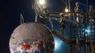 Ölförderung in Eiseskälte: Arbeiter von Rosneft pumpen im östlichen Sibirien Erdöl in einen Tankwagen.