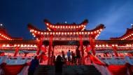 Ein Tempel in Kuala Lumpur ist für das chinesische Neujahrsfest ganz in rot geschmückt.