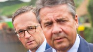 Der eine kommt, der andere geht: der geschäftsführende Bundesjustizminister Heiko Maas  und der frühere Außenminister Sigmar Gabriel  stehen auf einem Ausflugsschiff bei Perl-Nennig im Saarland.
