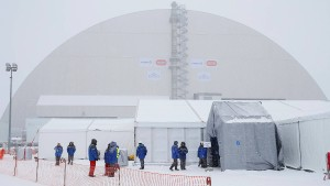 Neue Schutzhülle über Atomruine Tschernobyl