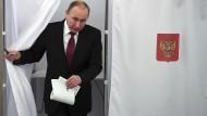 Präsident Putin bei der Stimmabgabe am Sonntag in Moskau