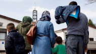 Syrische Flüchtlinge kommen im April 2016 in das Grenzdurchgangslager Friedland im Landkreis Göttingen.