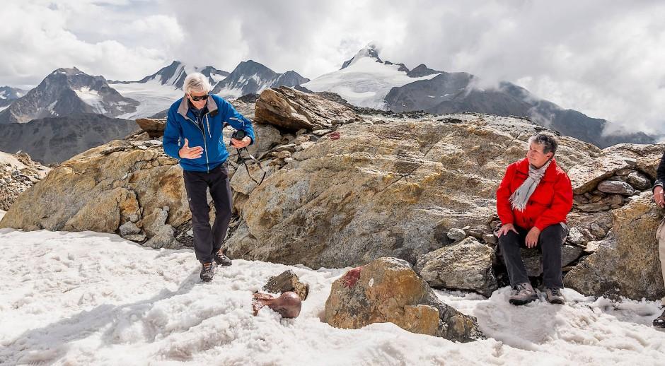 Erika Simon und Archäologe Walter Leitner haben zum Fund-Jubiläum eine Nachbildung des Tirolers mit in die Berge gebracht.